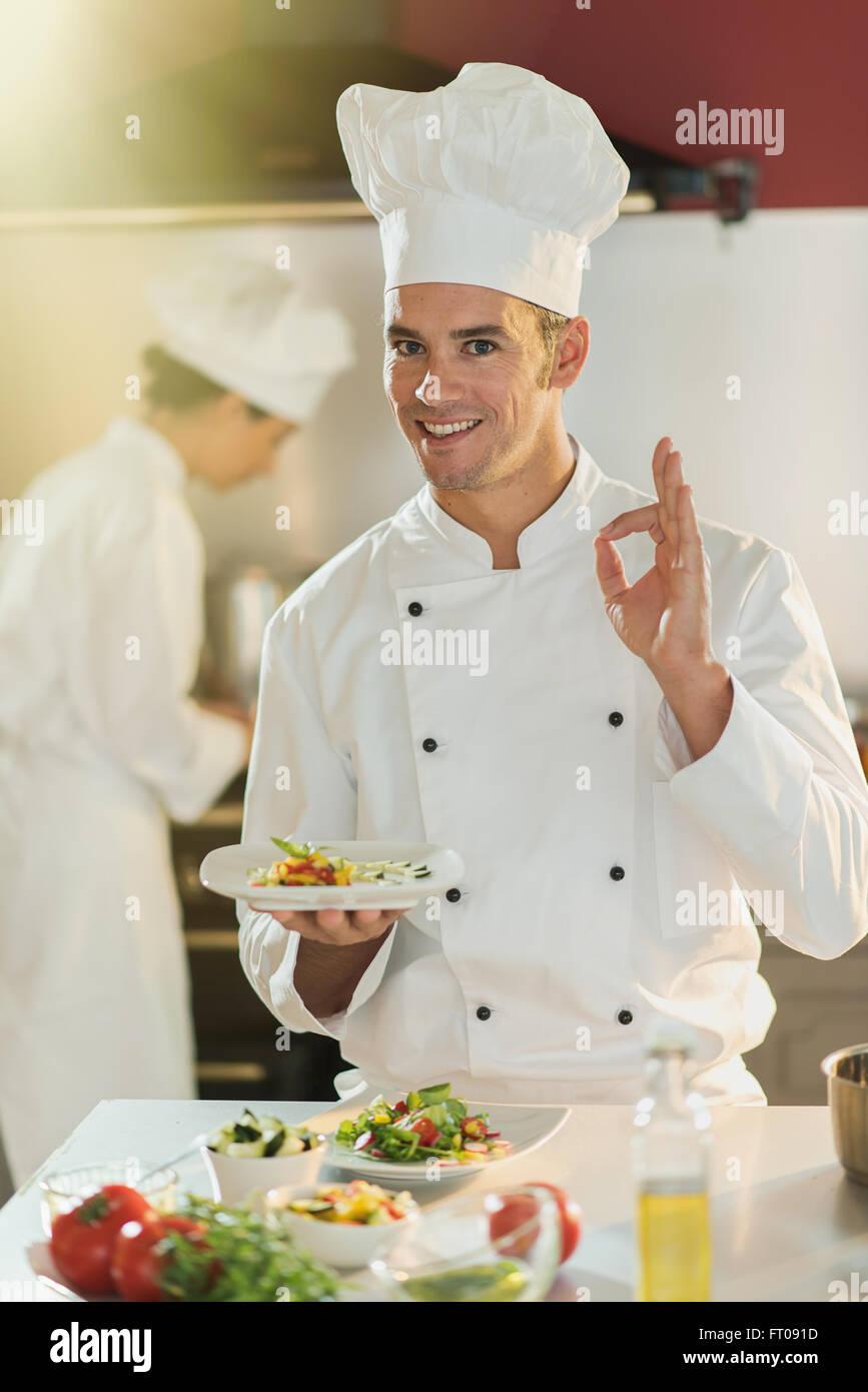 Chef Cuisinier D Un Homme Est Debout Dans Une Cuisine