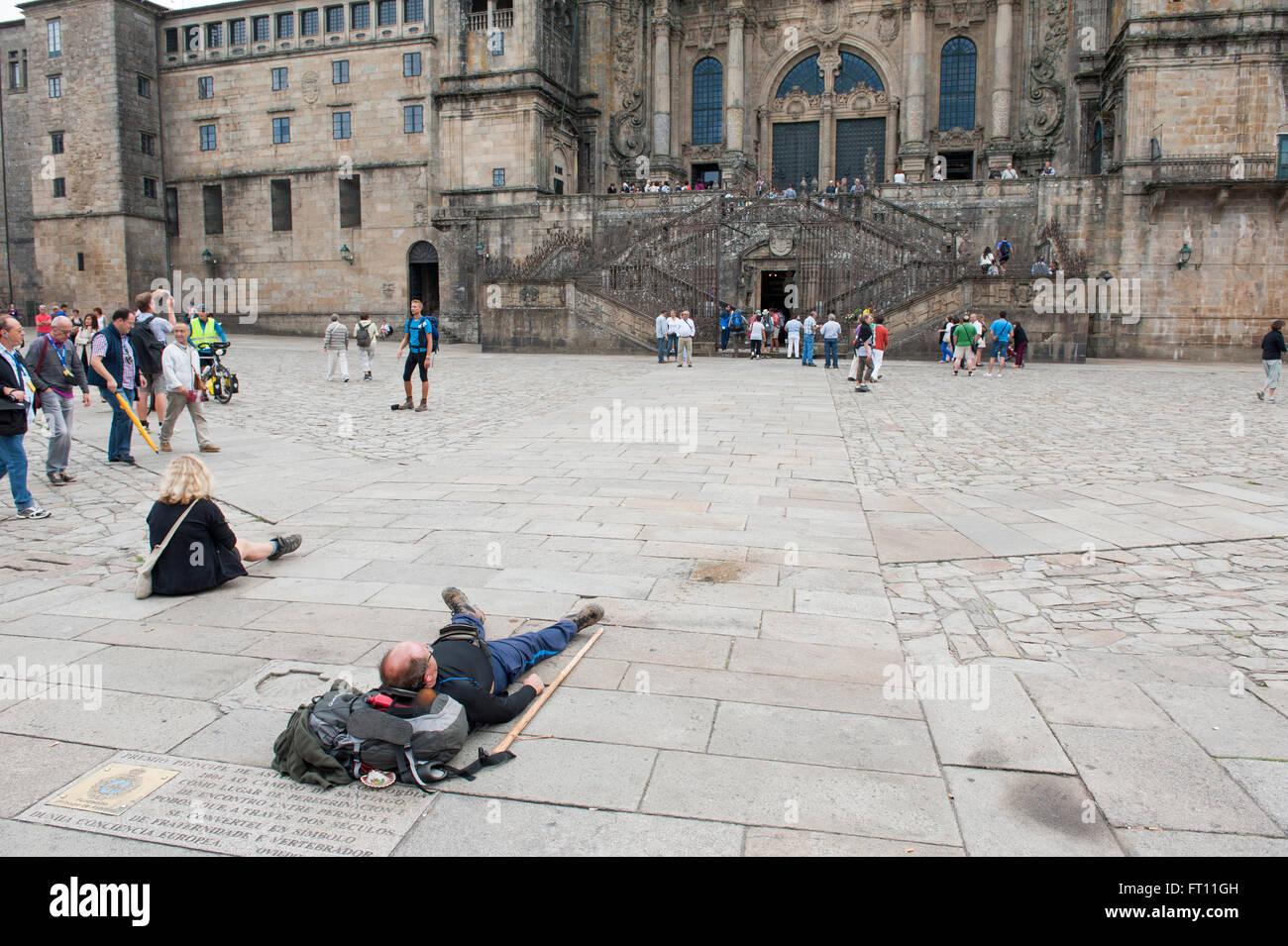 Au repos des pèlerins en face de la Cathédrale, Saint Jacques de Compostelle, Galice, Espagne Banque D'Images