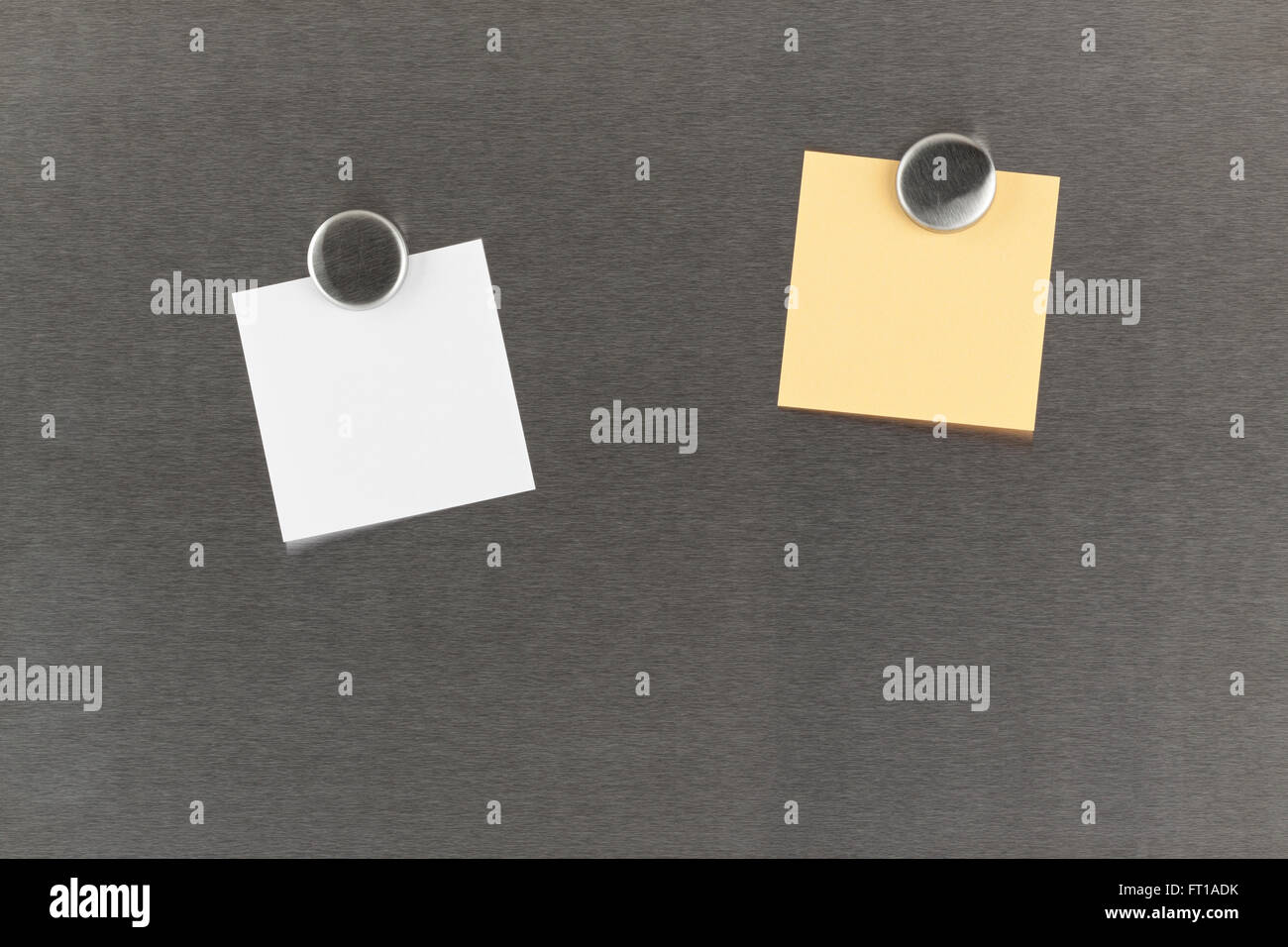 Deux documents remarque vierge sur aimant bulletin board isolated on white Photo Stock