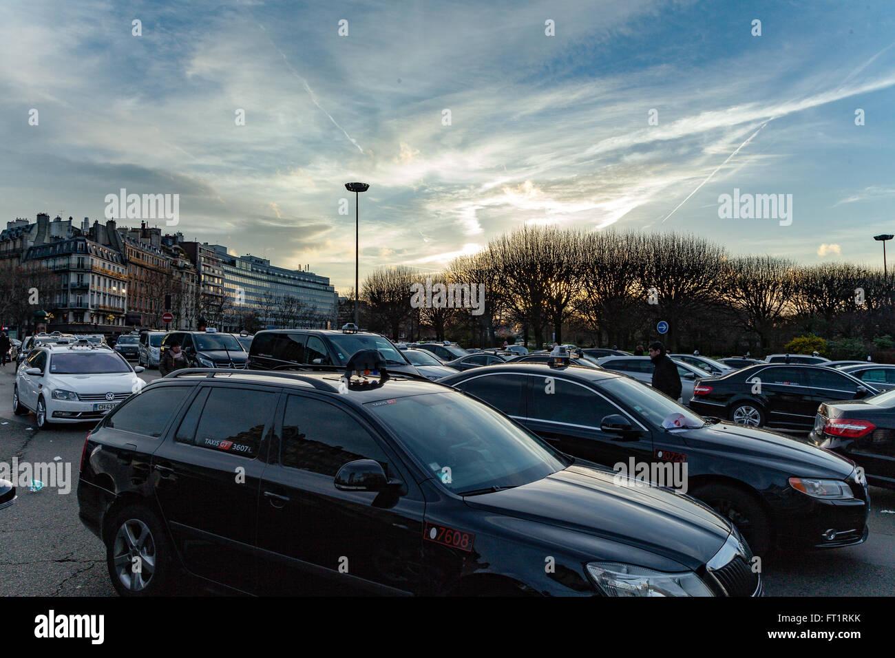 les taxis parisiens fran ais sur les gr ves contre uber banque d 39 images photo stock 100844119. Black Bedroom Furniture Sets. Home Design Ideas