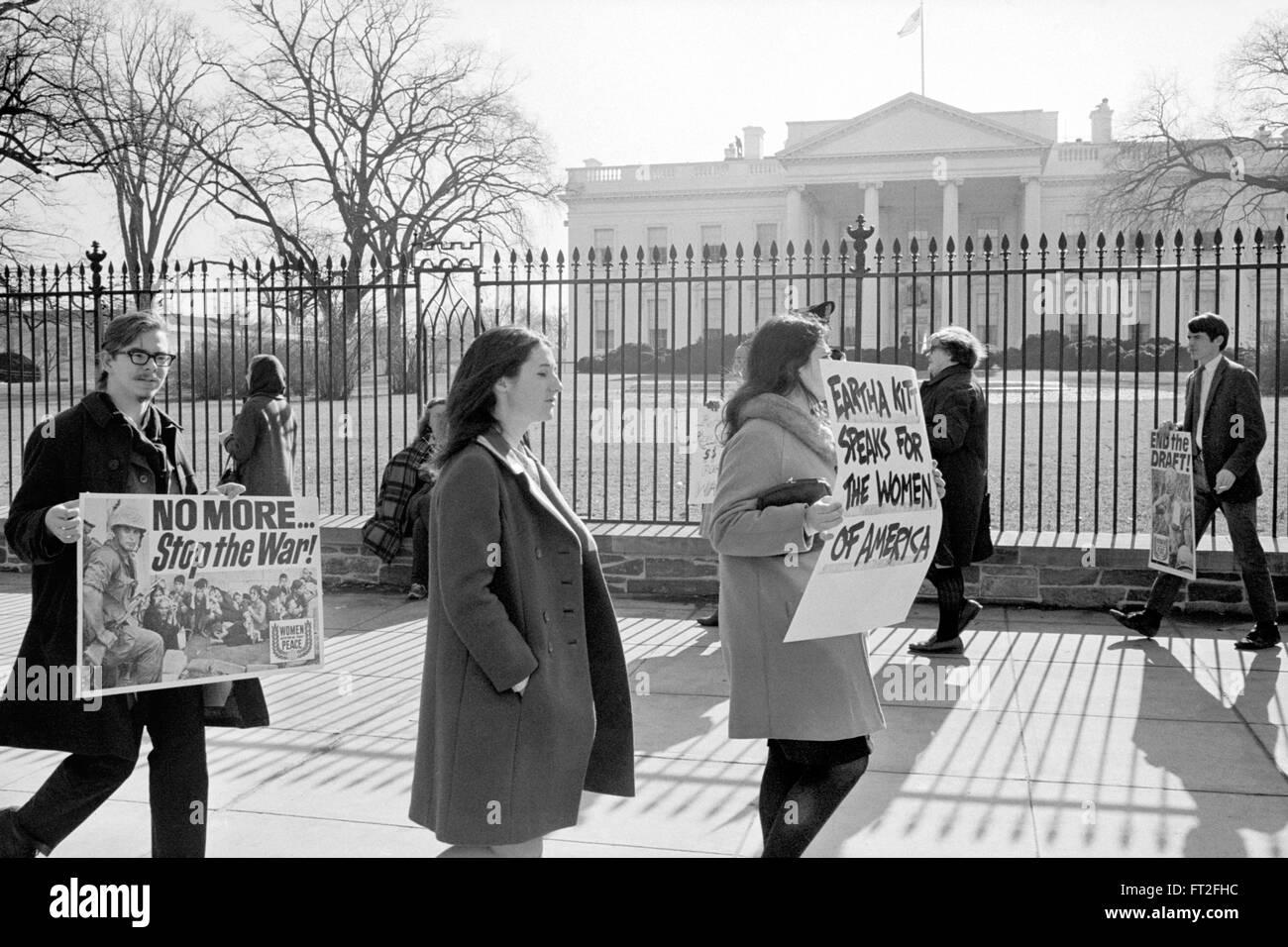 Protestation contre la guerre du Vietnam. Guerre Anti-Vietnam manifestants devant la Maison Blanche à Washington Photo Stock