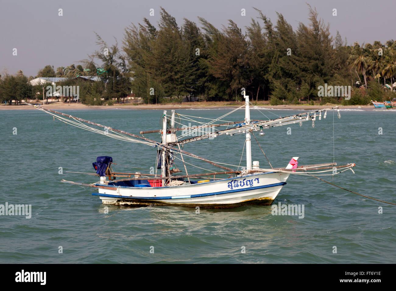 Un petit bateau de pêche thaïlandais équipée pour la pêche côtière par lamplights Photo Stock