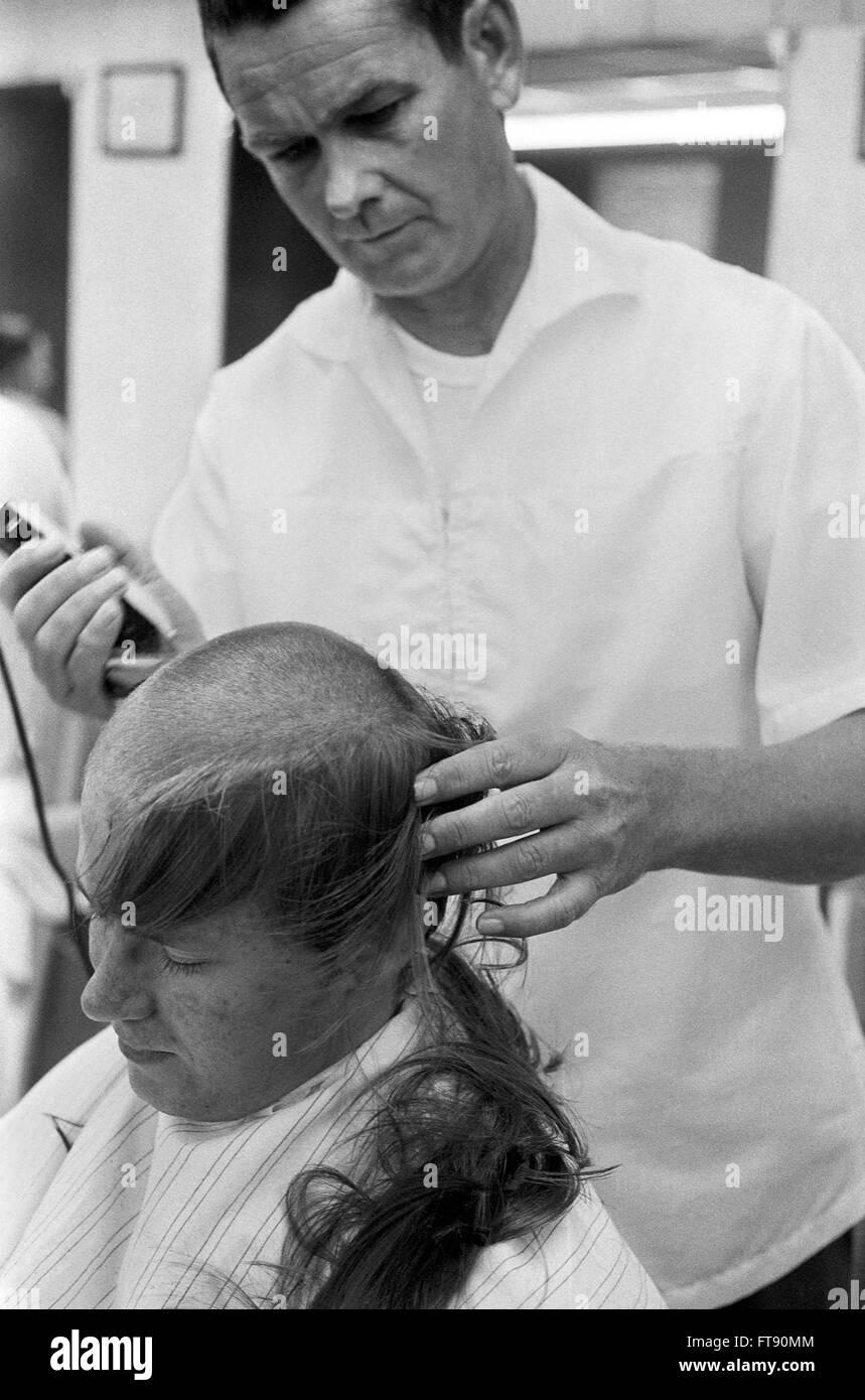 Projet de Vietnam. Un soldat nouvellement rédigées obtenir une coupe à Fort Jackson, Columbia, Caroline Photo Stock