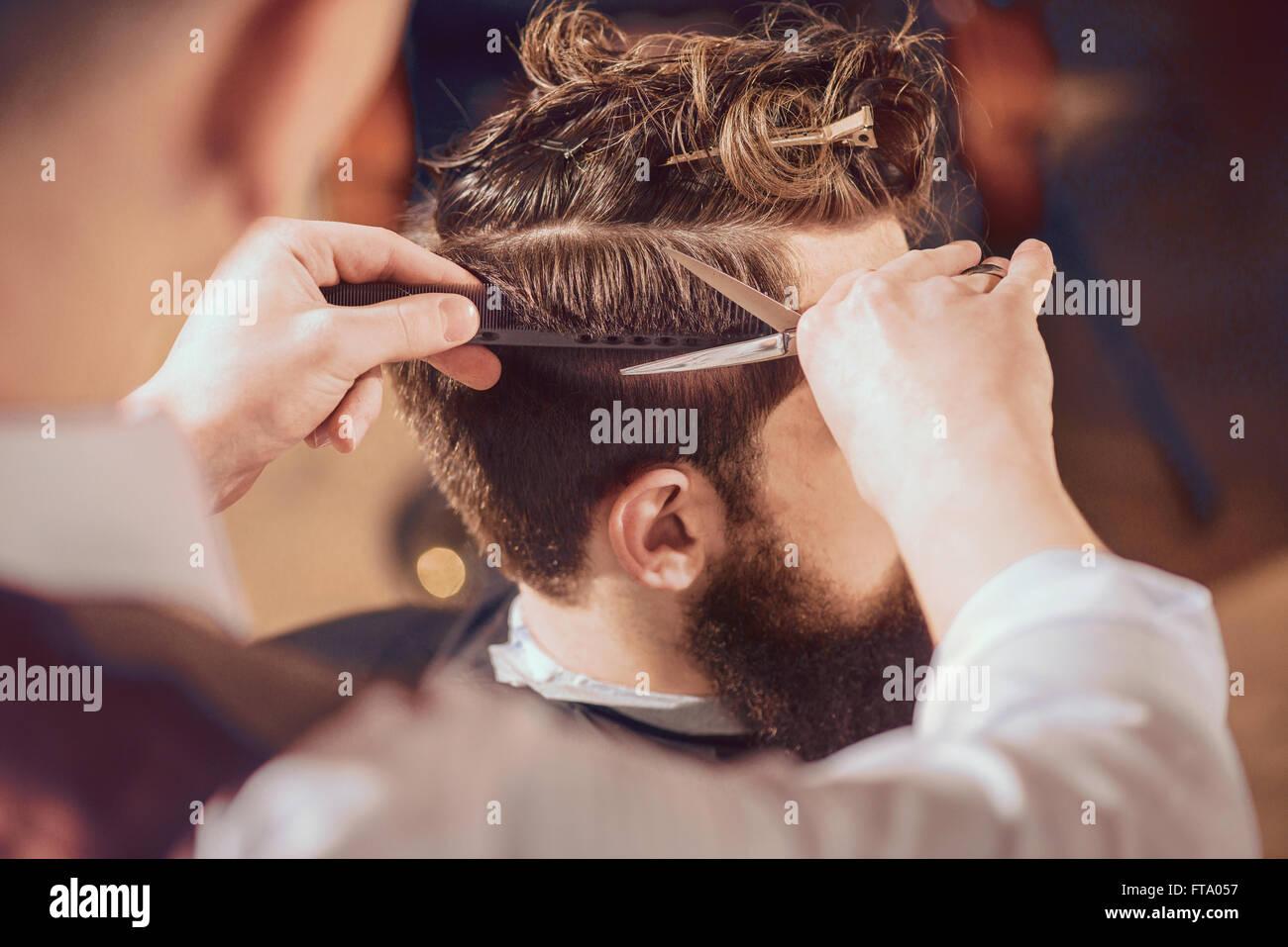 Salon de coiffure professionnel mise de son client Photo Stock