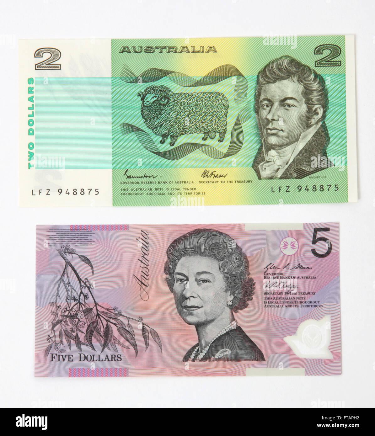 Un billet de banque de deux dollars et un billet de banque de cinq dollars. Photo Stock