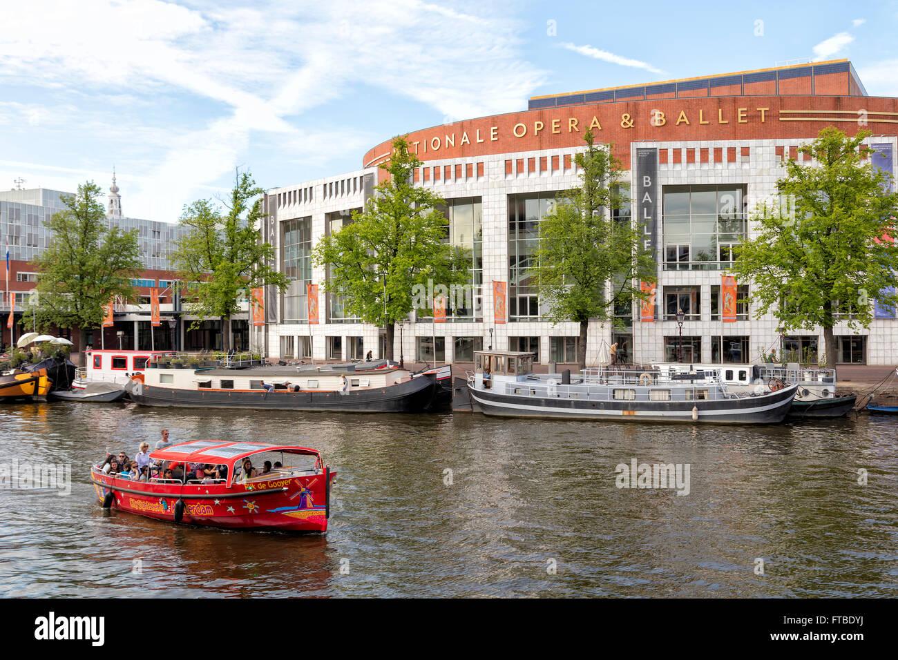 Les touristes des bateaux touristiques à Amsterdam, Pays-Bas Banque D'Images