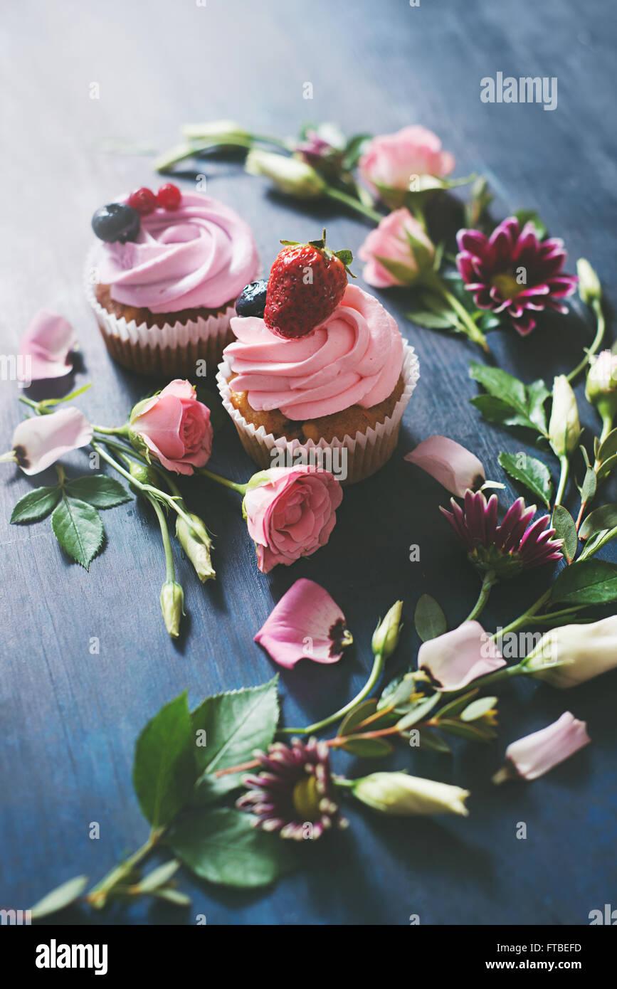 Cupcakes aux fraises avec des fleurs Photo Stock