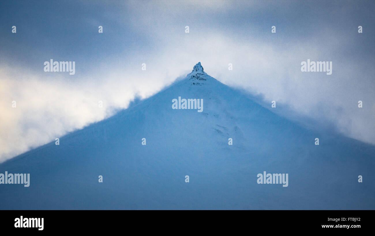 Vent qui souffle la neige de sommet de montagne à Bolterdalen, près de Longyearbyen, Spitsbergen Svalbard Photo Stock