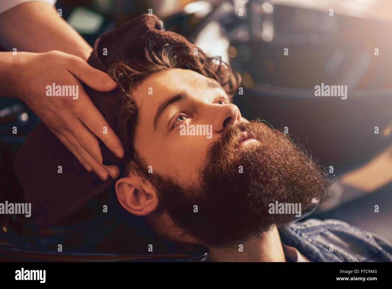 Salon de coiffure professionnel chef de séchage serviette avec son client Photo Stock