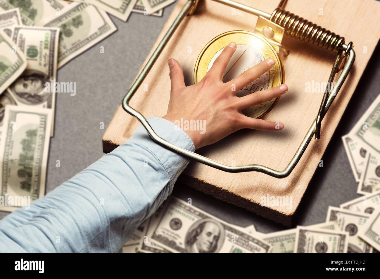 Homme cueillette à la main une pièce d'or Photo Stock