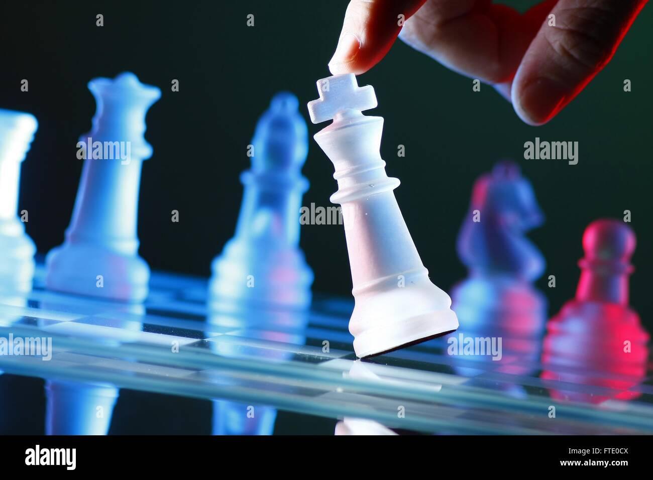 L'inclinaison des doigts un morceau d'échecs sur l'Échiquier Banque D'Images