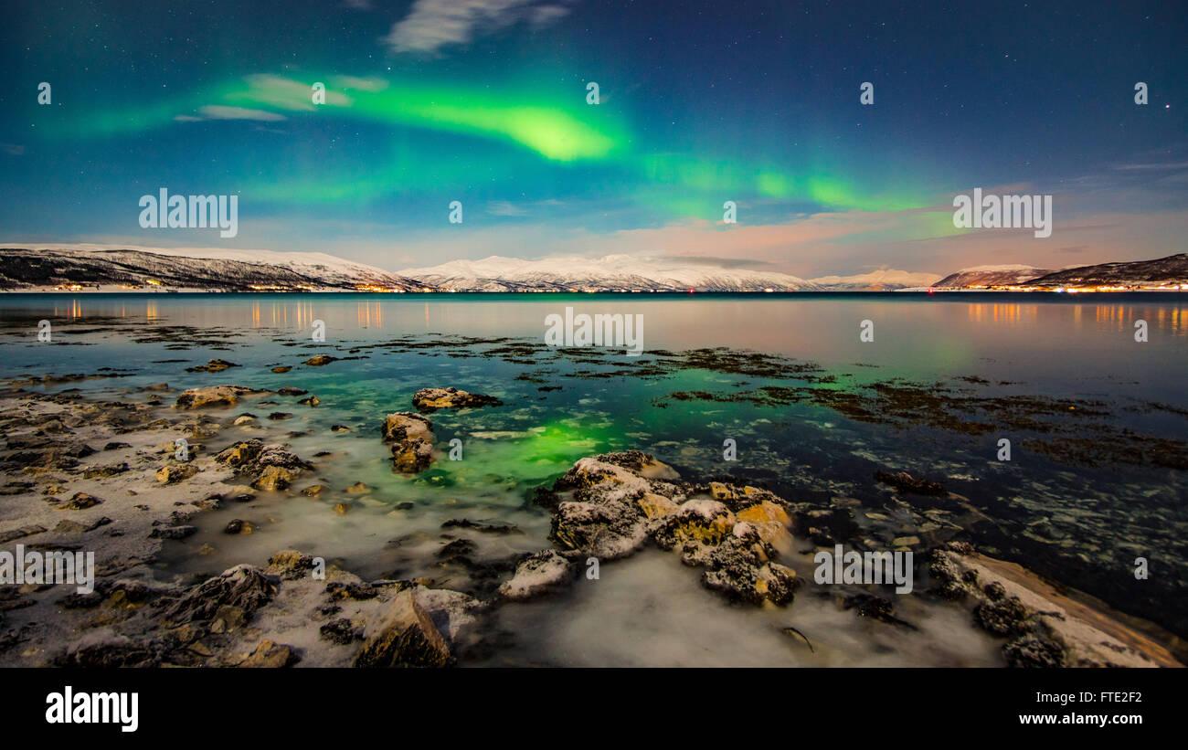 La danse des aurores boréales au-dessus de Tromso, Norvège du Nord fjord Photo Stock