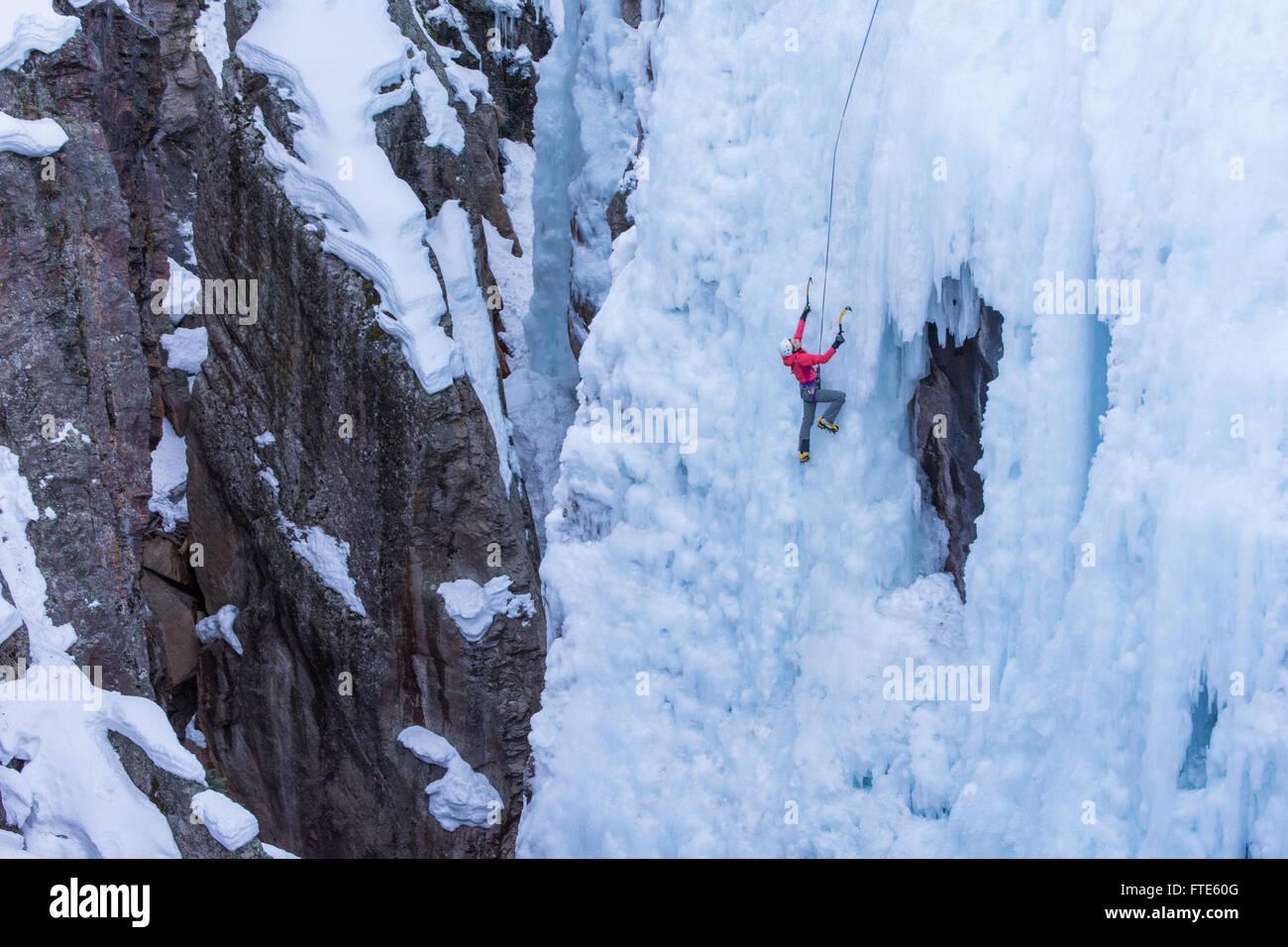 Grimpeur sur glace escalade un itinéraire appelé Pick o' Vic qui est coté WI4 à Ouray Colorado Photo Stock