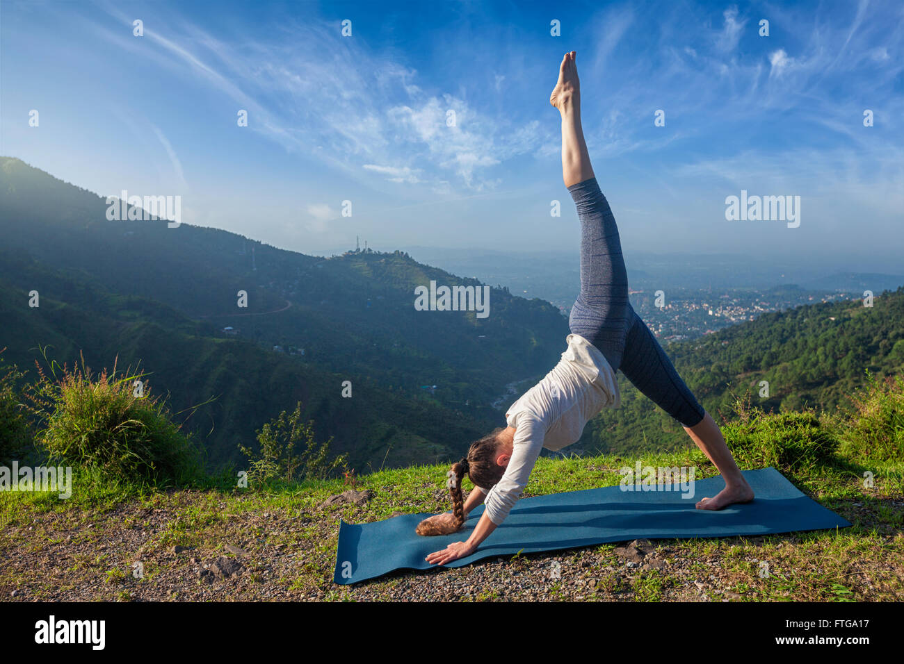 Young fit woman doing yoga oudoors Photo Stock