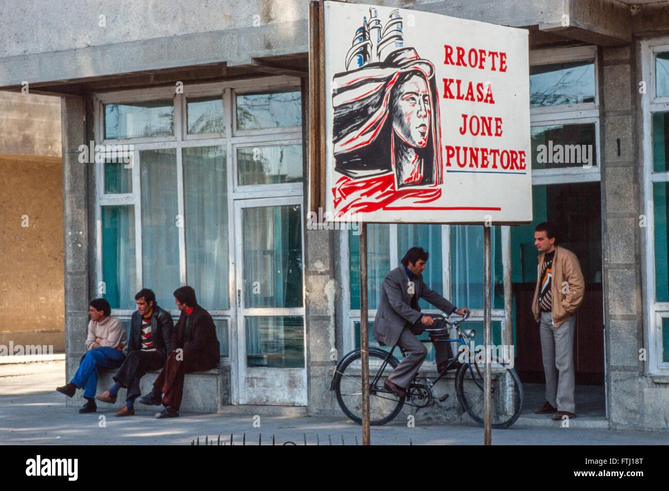 """Une affiche dans la rue Fier dit """"Longue vie à notre classe de travailleurs Photo Stock"""
