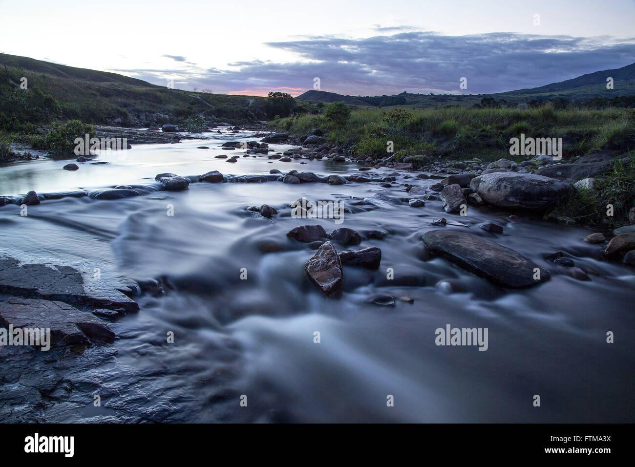 Le Trek River, qui s'élève à Kukenan tepui, sur le chemin du camp de base du mont Roraima Photo Stock