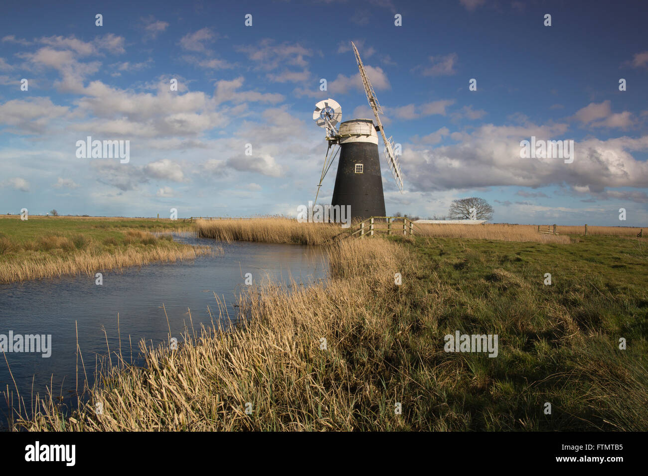 Le Drainage du mouton moulin se dresse en bordure d'une voie navigable à marais Halvergate les Norfolk Photo Stock