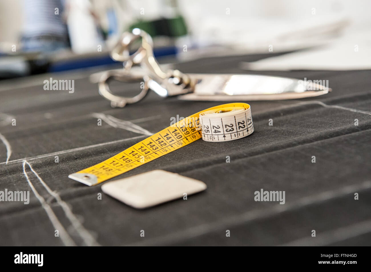 Craie et d'un ruban de mesure sur le tissu non coupée dans un tailors shop Photo Stock