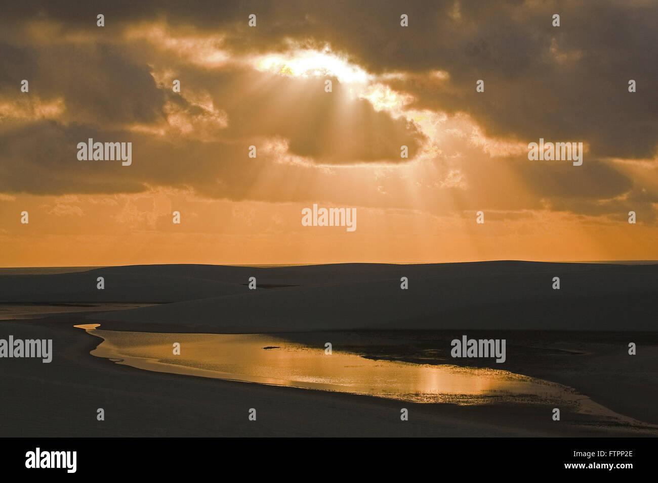 Paysage au petit matin avec les rayons du soleil entre les nuages Photo Stock