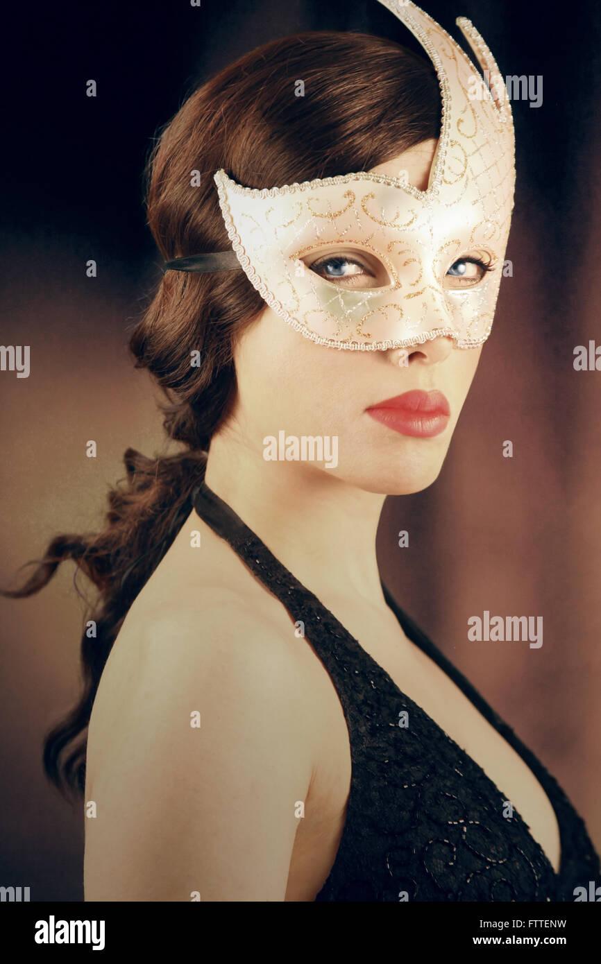 Belle brunette woman masqués Banque D'Images