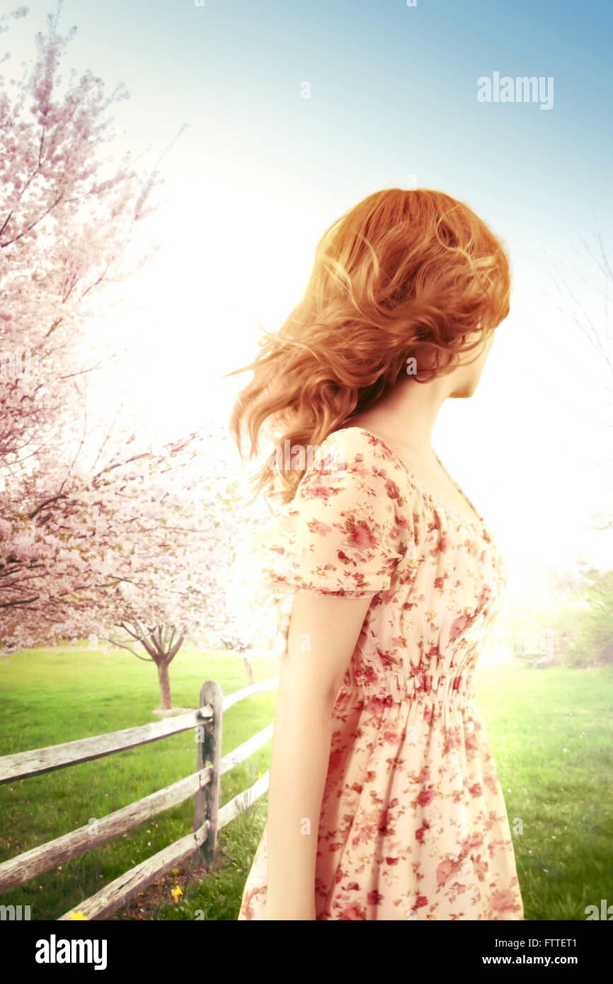 Femme sur un jour de printemps venteux, looking away Photo Stock