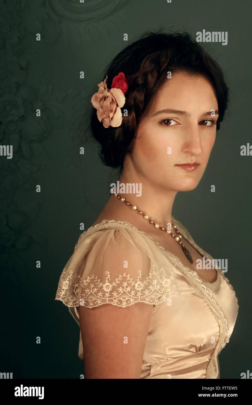 Jeune femme brune historique Photo Stock