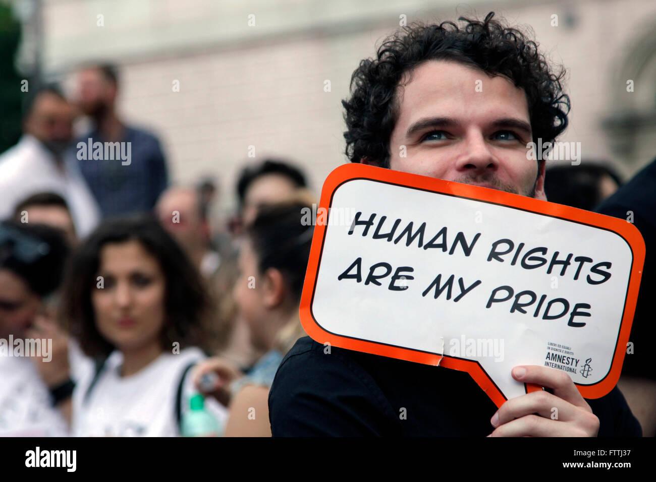 Un partisan des droits des homosexuels est titulaire d'un signe au cours de la Gay Pride Parade annuelle à Photo Stock