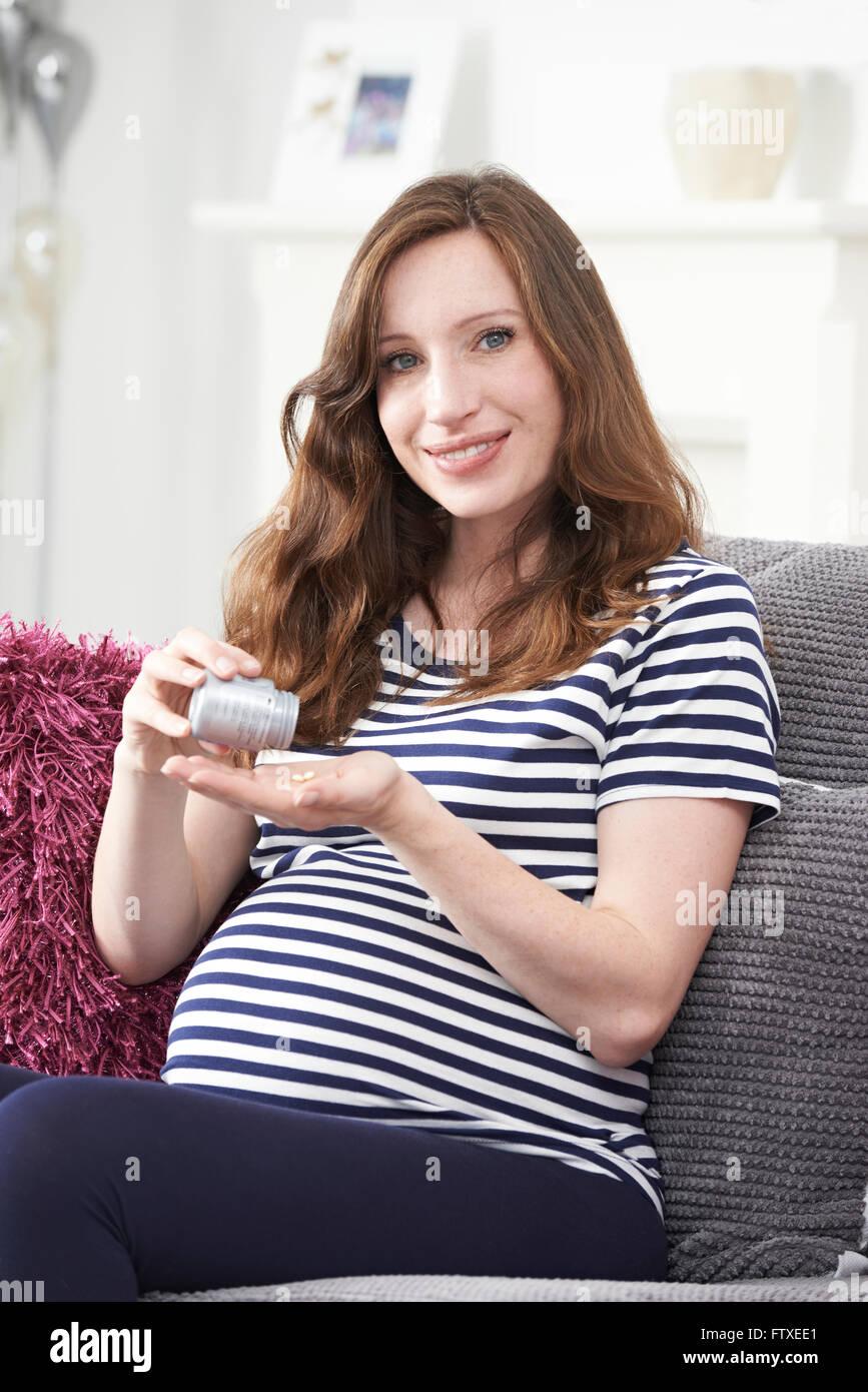 Femme enceinte de prendre des comprimés d'acide folique Photo Stock