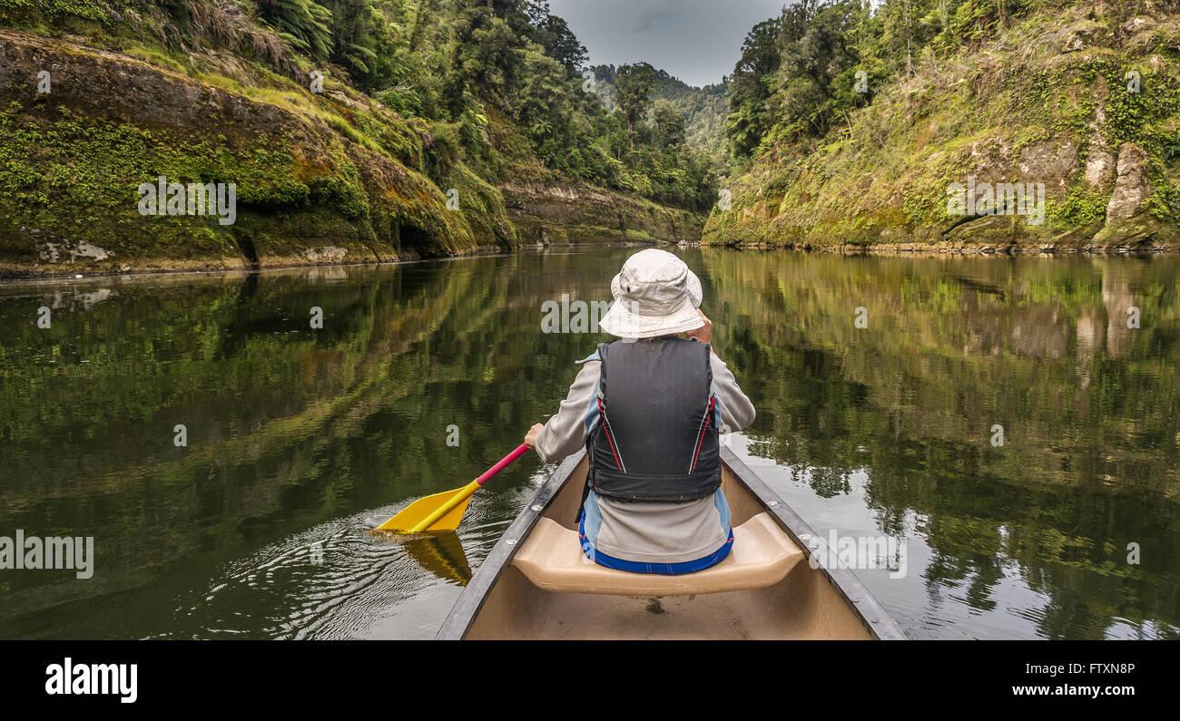 Femme canoë sur la rivière Whanganui, île du Nord, Nouvelle-Zélande Photo Stock
