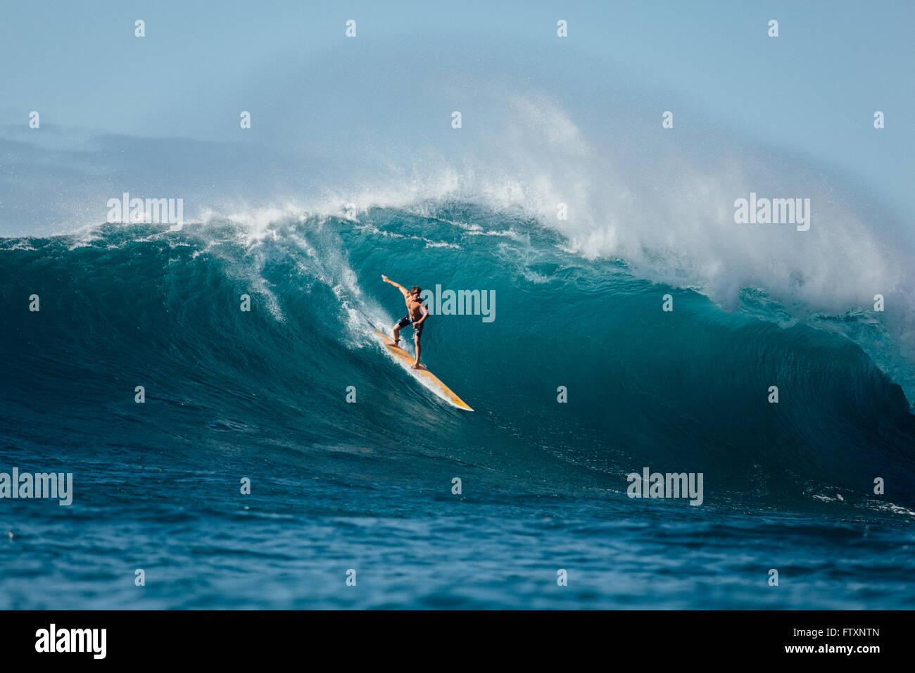 Homme surf vague, Waimea Bay, North Shore, Oahu, Hawaii, États-Unis Banque D'Images