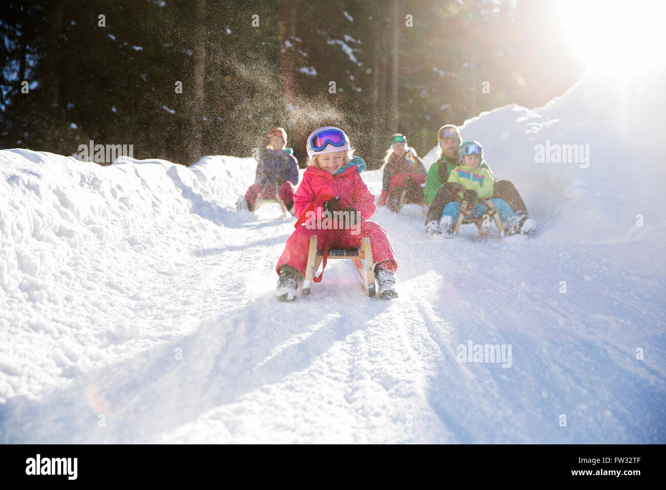 Les filles, les enfants équitation traîneaux avec leur famille, Muttereralm Innsbruck, Tyrol, Autriche Photo Stock