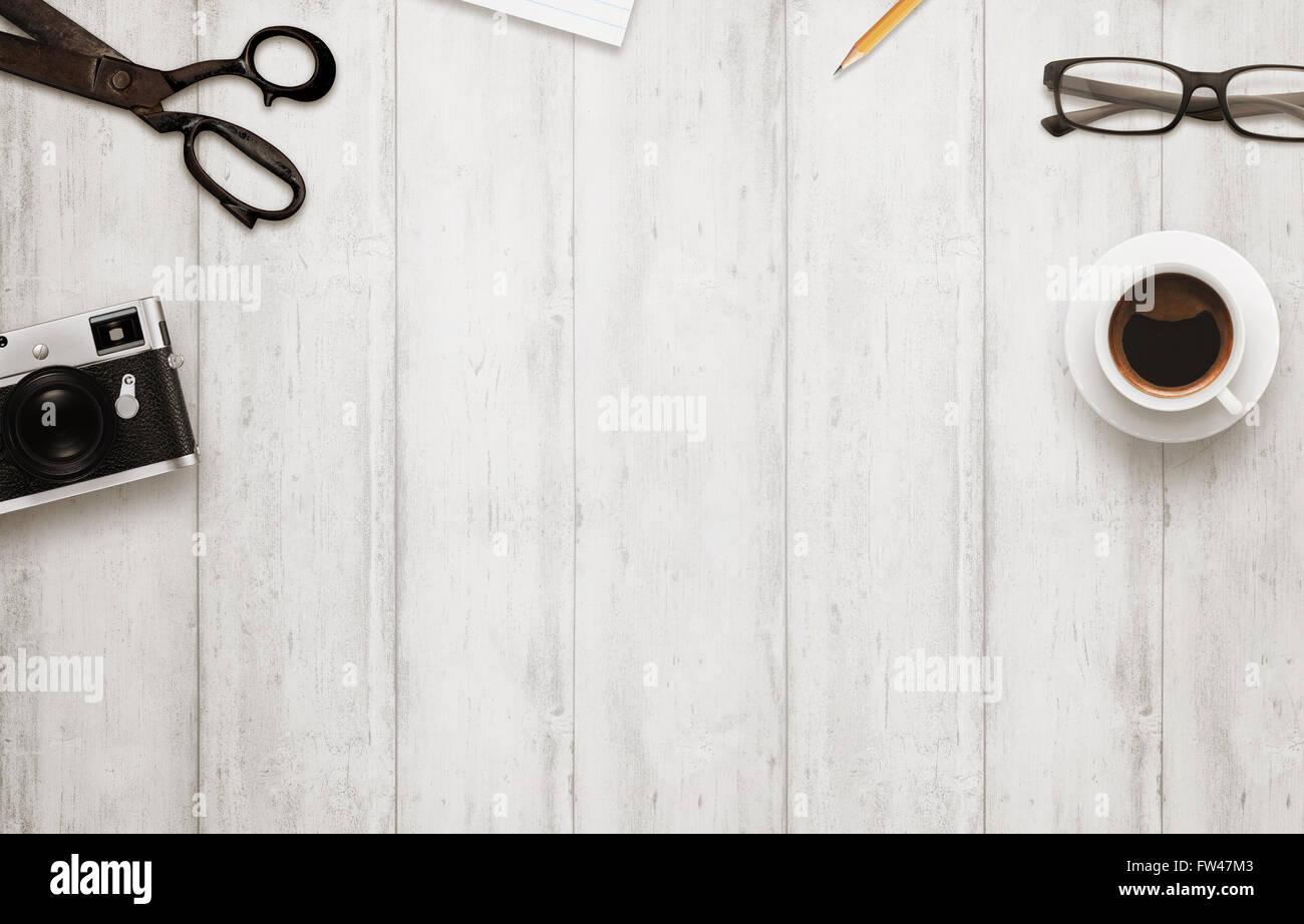 bureau de travail avec espace libre pour le texte le caf appareil photo ciseaux bloc notes. Black Bedroom Furniture Sets. Home Design Ideas