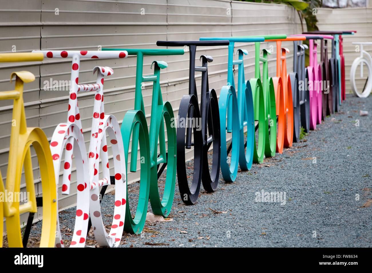 Sur-dimensionnés vélos colorés installés à une rue, à Chula Vista, en mars 2016. Photo Stock