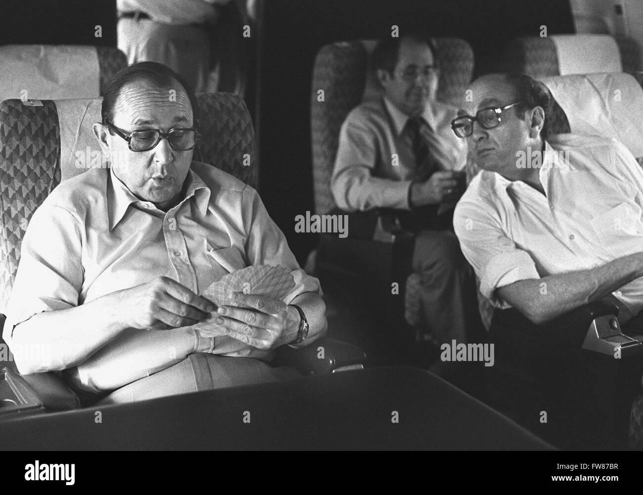 Le ministre des affaires étrangères allemand Hans-Dietrich Genscher et ministre de l'économie Otto Graf Lambsdorff (FDP) jouer aux cartes pendant leur vol vers Tokyo le 26 juin 1979. Banque D'Images