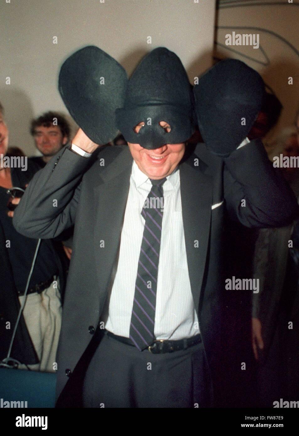 Le ministre des Affaires étrangères, Hans-Dietrich Genscher est heureux de porter un masque de 'Genschman' avec des oreilles surdimensionnées sur le 23 septembre en 1989 dans la Villa Hammerschmidt à Bonn. Il a reçu le masque comme un présent de son fanclub. Banque D'Images