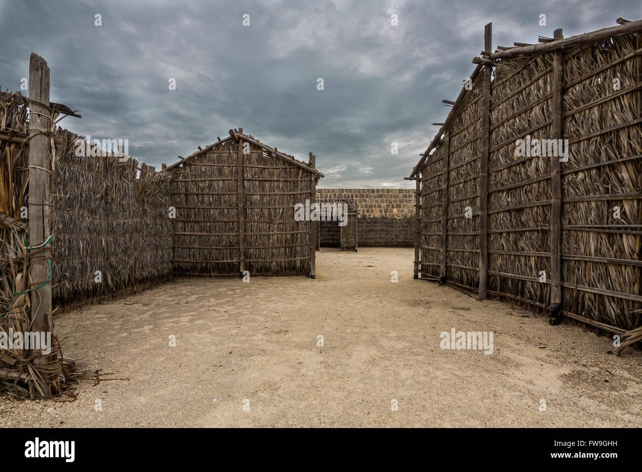 Arish ou huttes Barasti, Qal'at al-Bahreïn, aussi connu sous le Fort de Bahreïn Photo Stock