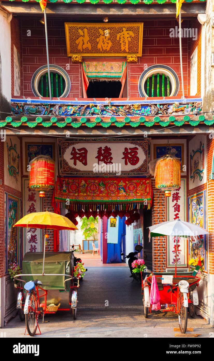 Tricycles pousse-pousse près de l'entrée de Temple de Hock Teik Cheng Sin, Armenian Street, Penang, Malaisie Banque D'Images