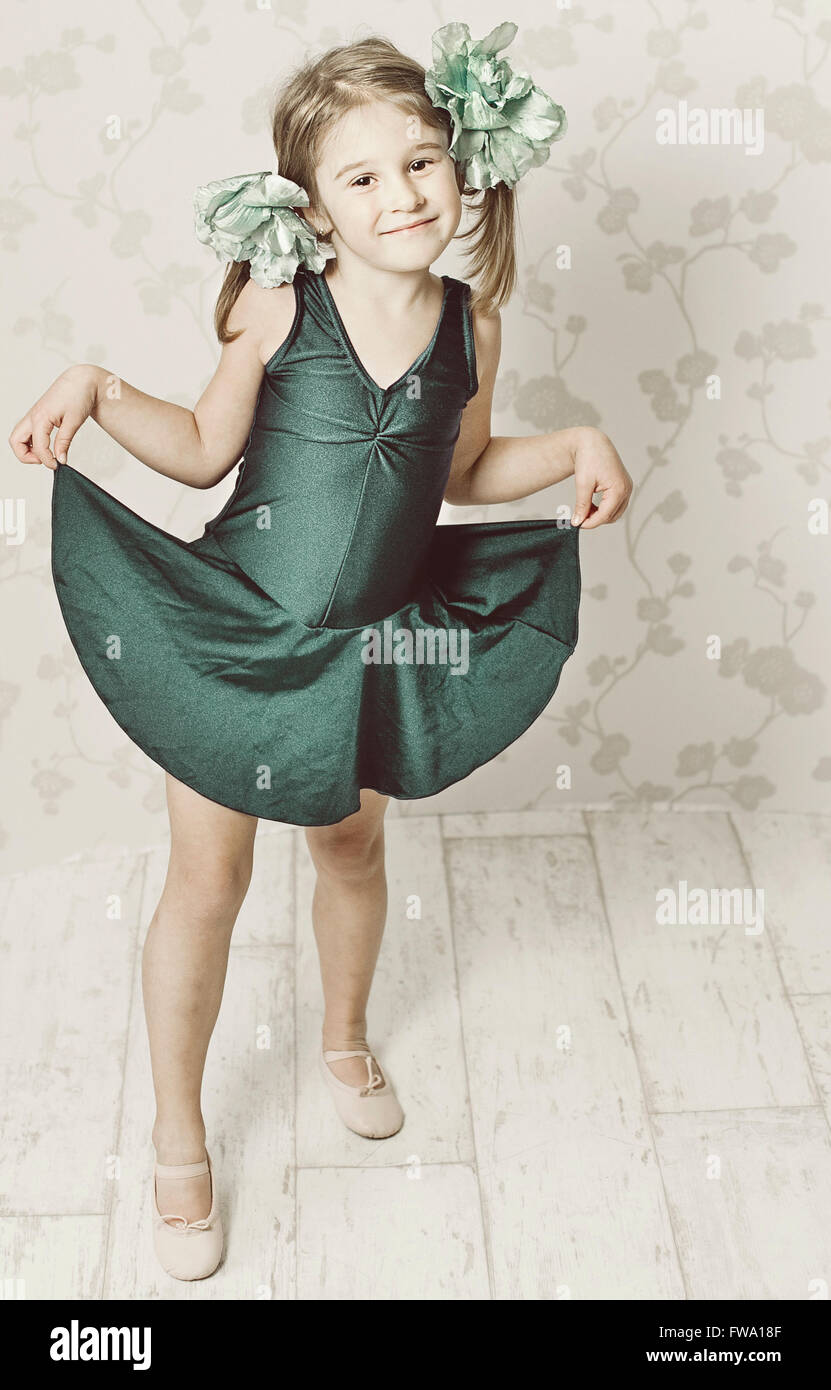 Young Girl wearing dress La danse de prix Photo Stock