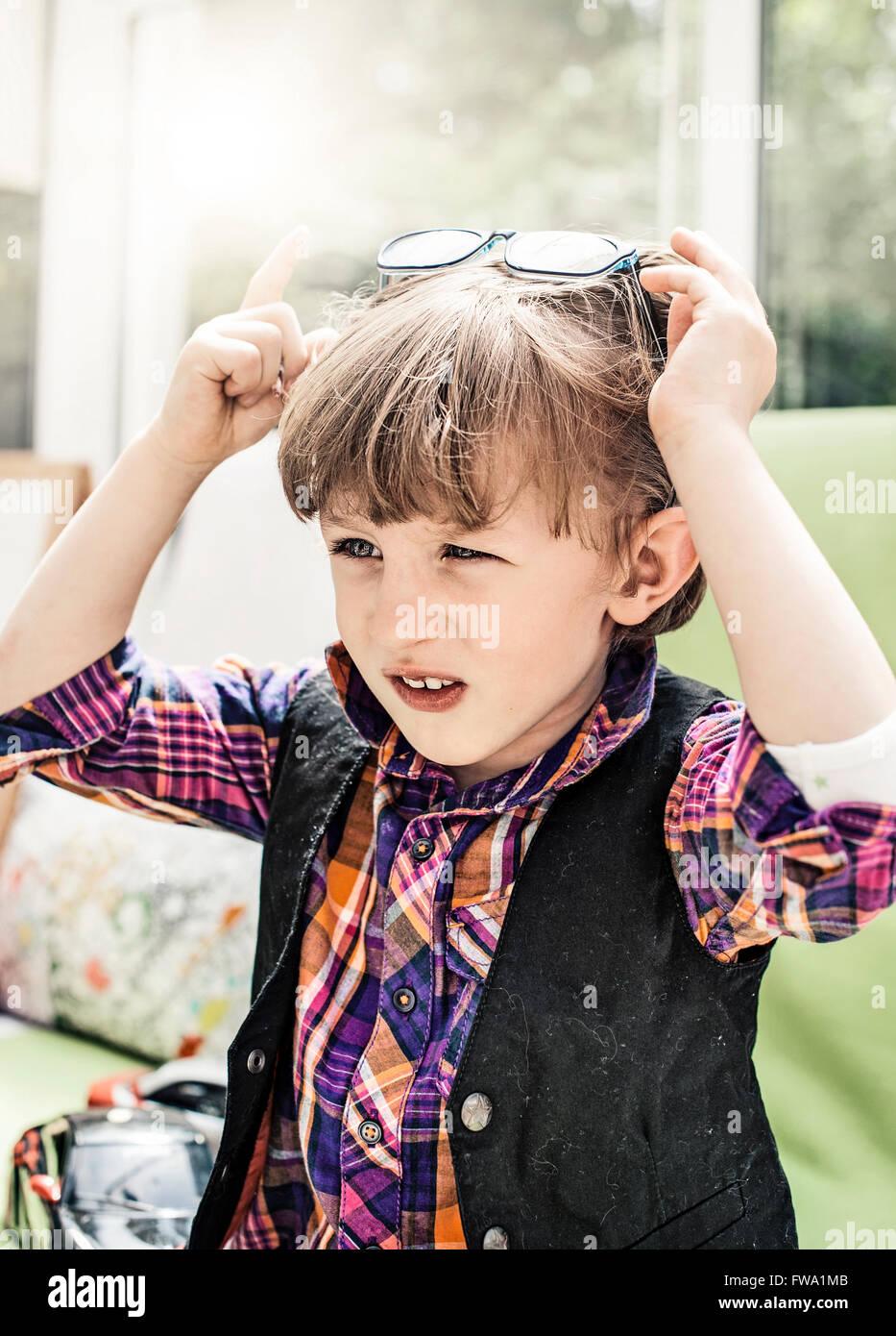 Un petit garçon avec des lunettes de soleil Photo Stock