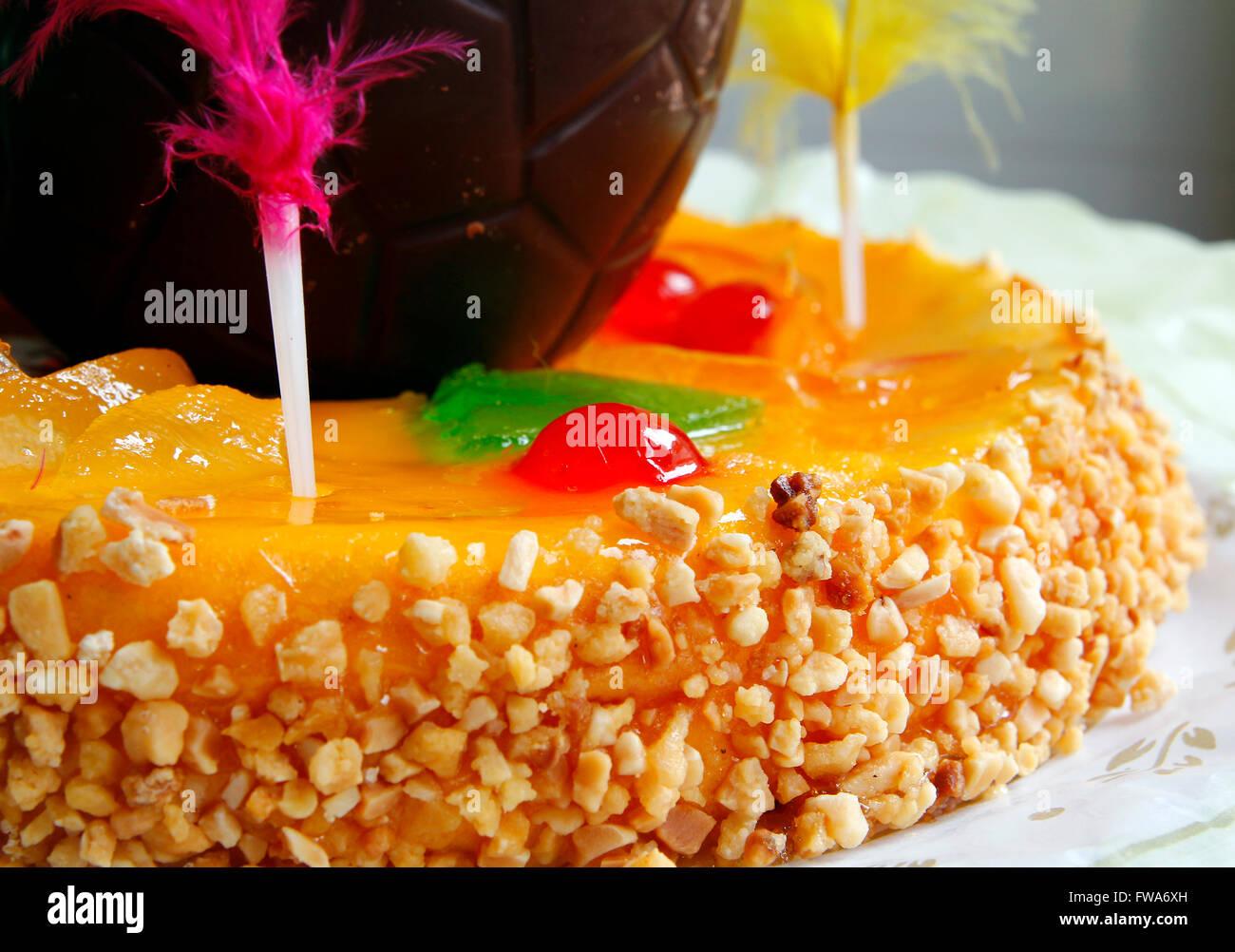 Gâteau de pâques traditionnel avec des amandes et des fruits Photo Stock
