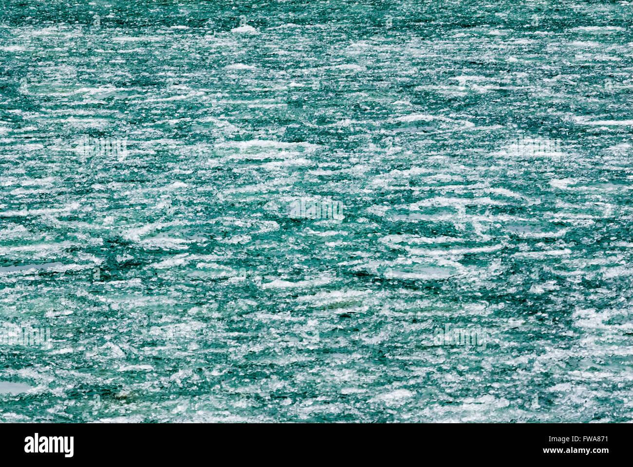 Résumé fond de blanc et vert formations de glace sur la rivière. Banque D'Images
