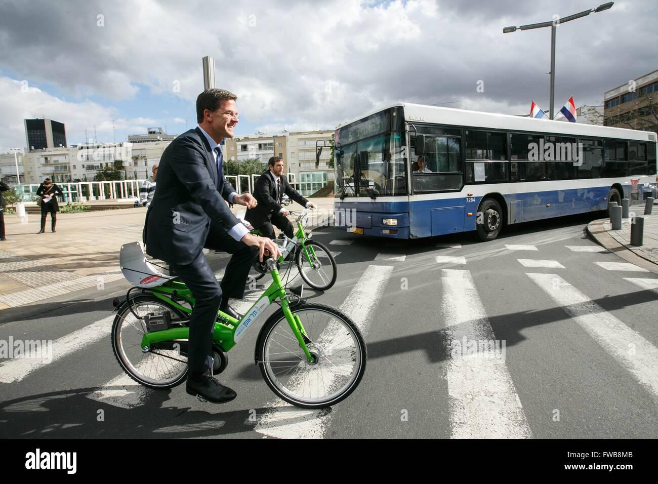 Le premier ministre néerlandais, Mark Rutte monte un vélo durant une visite de Tel Aviv le 9 décembre 2013 à Tel Banque D'Images