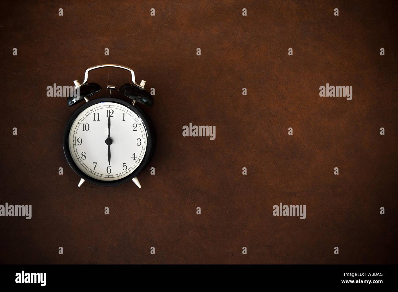Réveil Vintage symbole rappel sur 6 heures heure sur fond de bois Photo Stock
