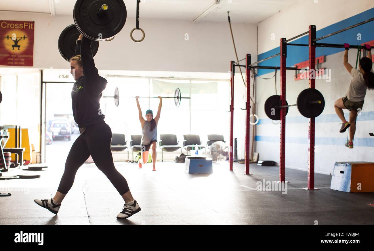 Jeune femme travaillant dans une boîte de CrossFit en Californie. Photo Stock