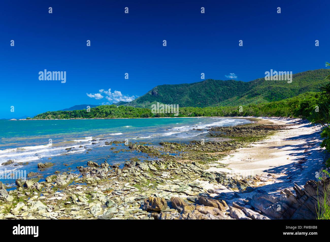 Ellis Beach avec des rochers près de Palm Cove et Cairns, Australie Photo Stock