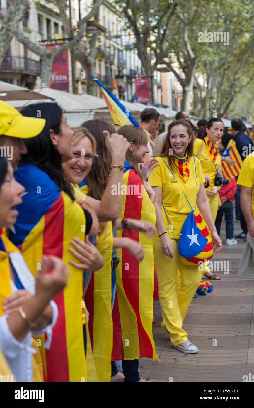 File de gens avec des drapeaux catalans sur Barcelone, lors de la Journée nationale de la Catalogne, Espagne Photo Stock