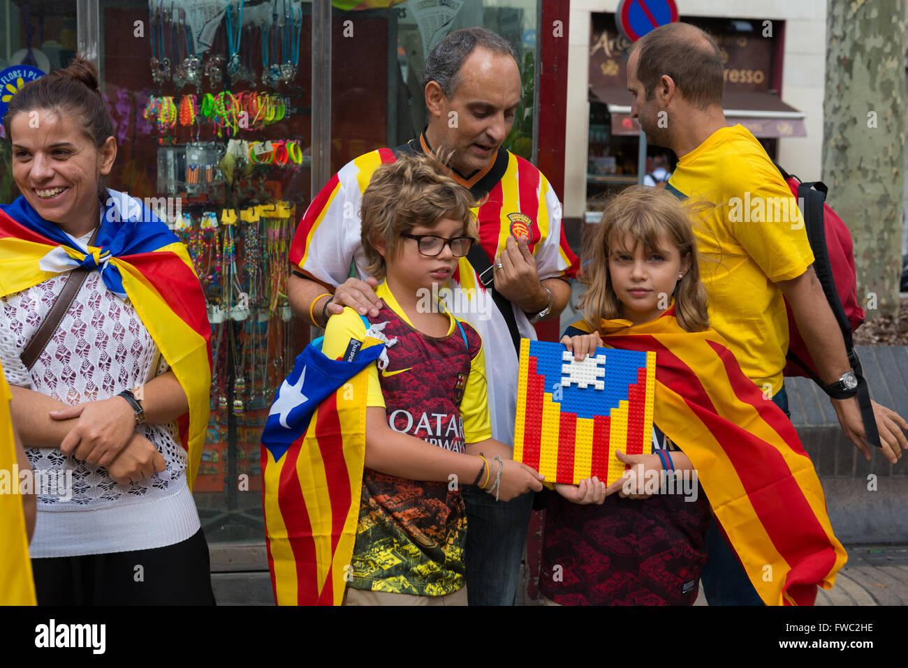 Garçon et fille tenant un drapeau de la Catalogne fait avec Lego à l'occasion de la Journée nationale Photo Stock
