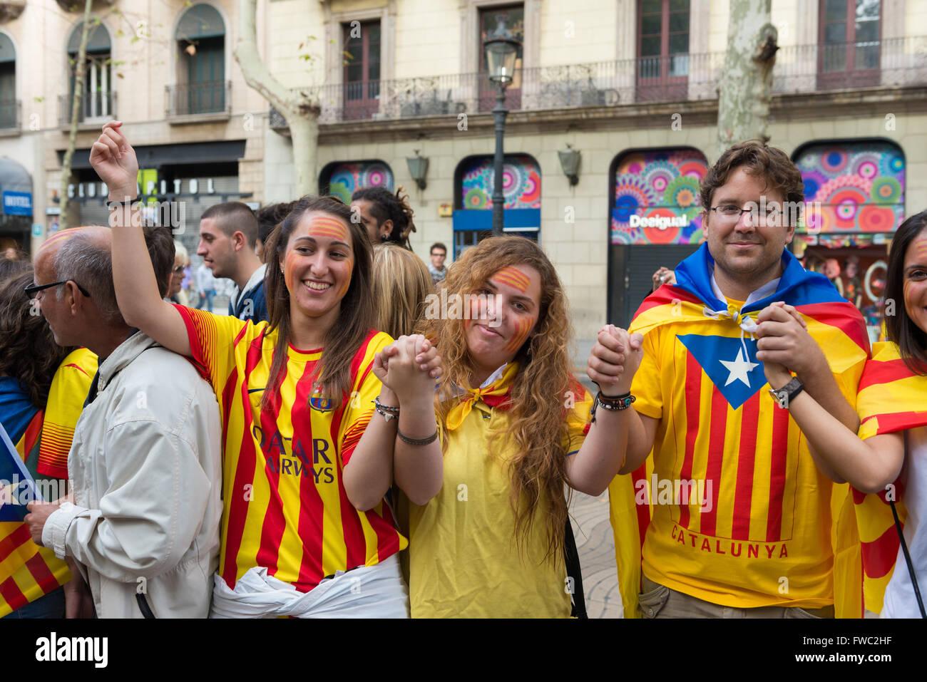 Les jeunes catalans avec le motif de l'indépendance drapeau sur la Journée nationale de la Catalogne, Photo Stock