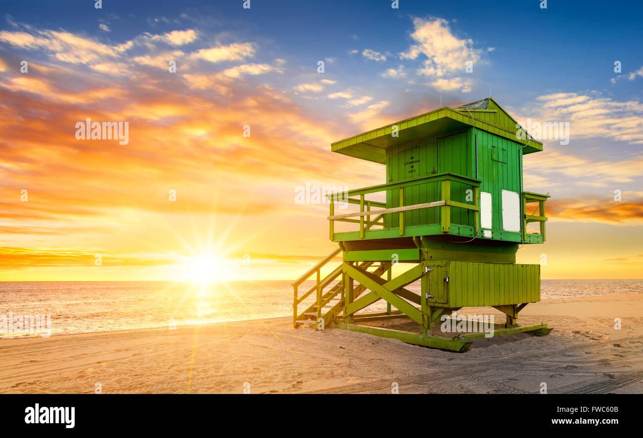Miami South Beach sunrise avec lifeguard tower et le littoral avec des nuages et ciel bleu. Photo Stock