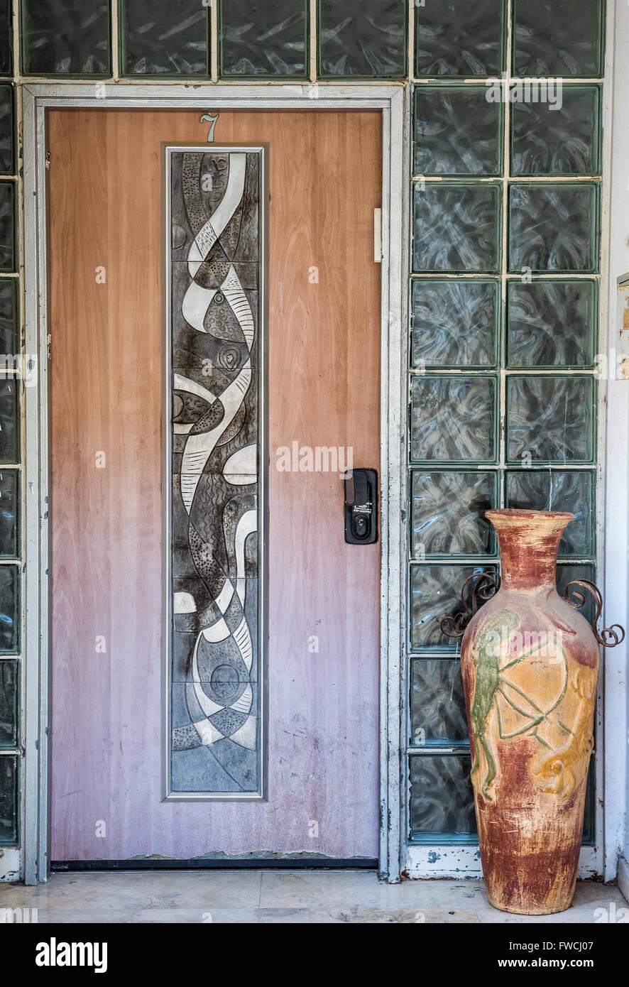Chambre porte et mur de brique de verre dans le quartier de ...